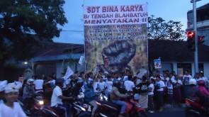 Foto Pendirian Baliho Oleh Pemuda Blahbatuh (4)