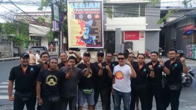 Warga adat di Legian mendirikan baliho Bali Tolak Reklamasi menyambut World Ocean Summit