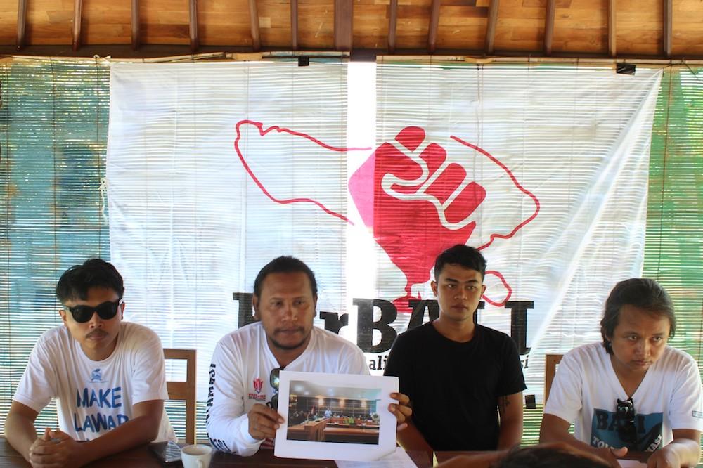 Koordinator ForBALI menunjukkan surat rekomendasi Komnas HAM untuk mendesak pembatalan rencana reklamasi Teluk Benoa