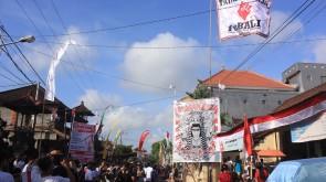 Pemasangan baliho dan bendera Bali Tolak Reklamasi