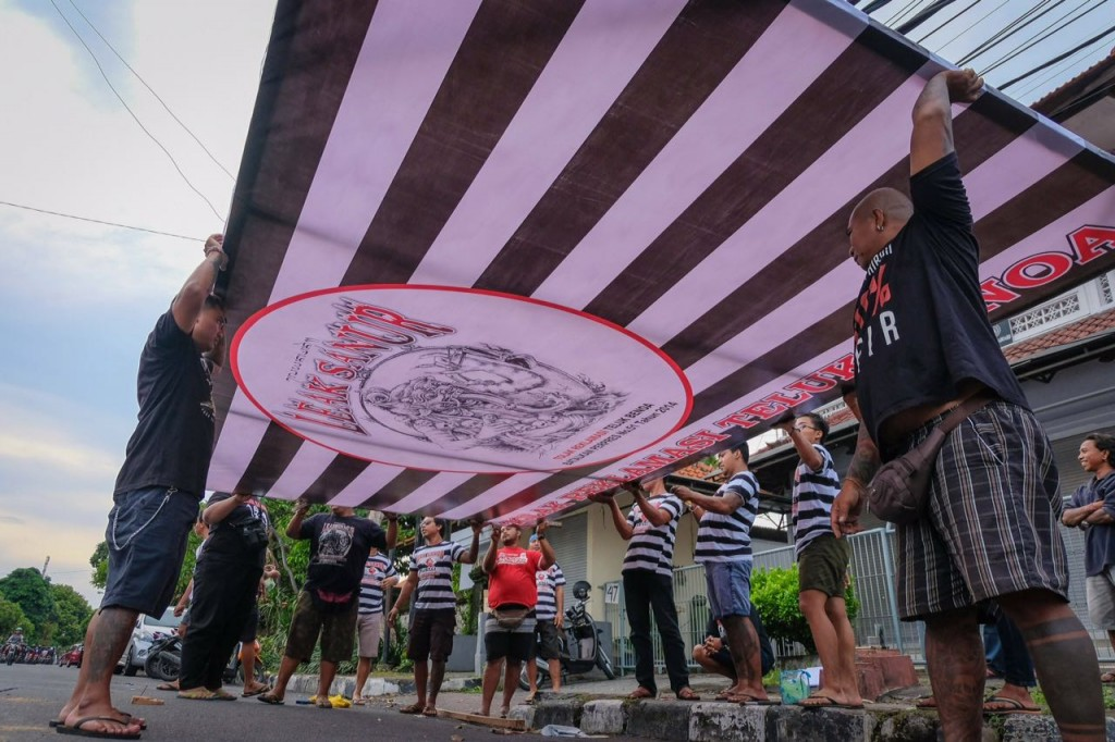 Foto Pemasangan Baliho Tolak Reklamasi Teluk Benoa oleh Para Pemuda Intaran 20 11 2017 (4)