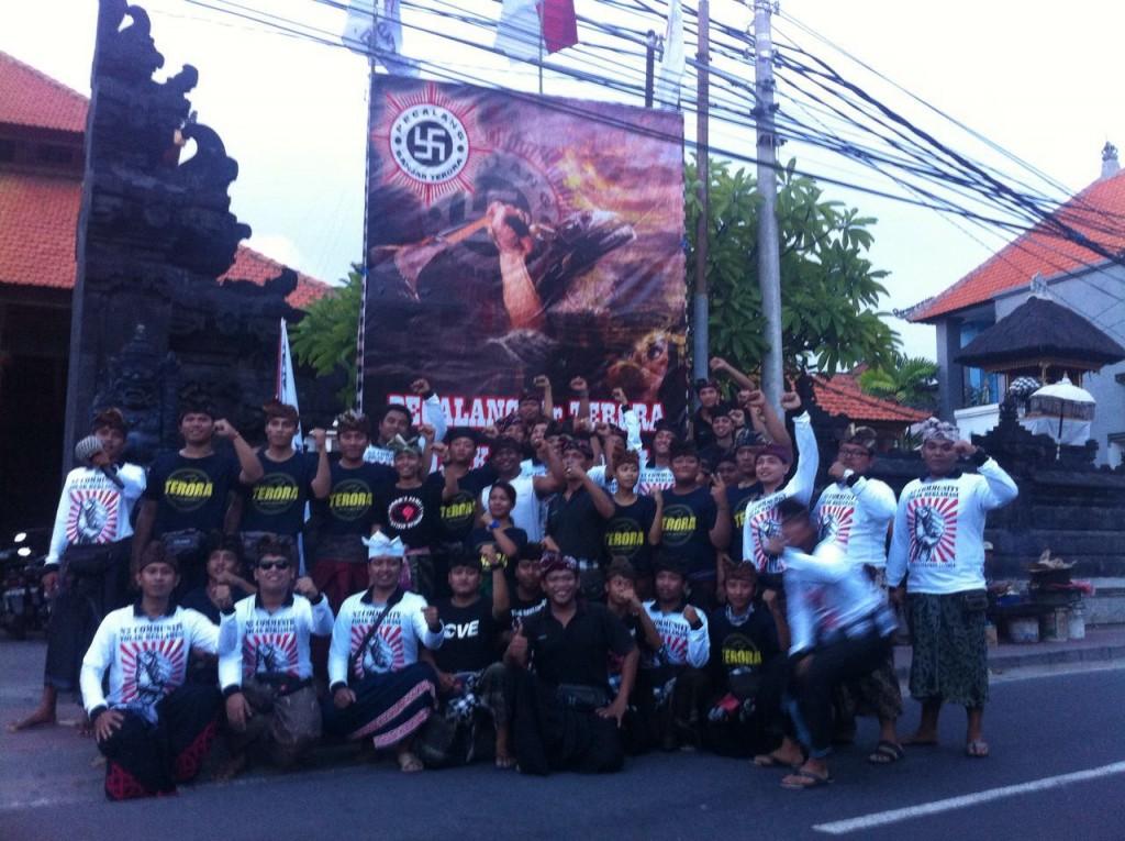 Foto Pendirian Baliho Oleh Pecalang Banjar Terora