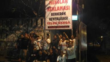 Foto Pendirian Baliho tolak reklamasi Teluk Benoa oleh Pemuda Desa Adat Renon (2)