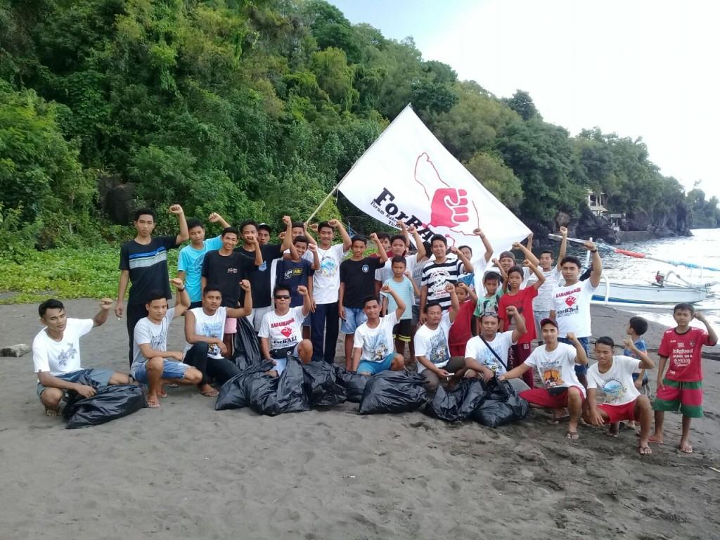 Pemuda Peselatan melakukan aksi Bersih-Berish Pantai di Paselatan Desa Labasari, Karangasem (3)