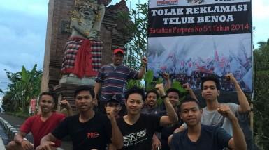 Foto Pemasangan Baliho Tolk Reklamasi Teluk Benoa oleh Pemuda Petang, 25 Maret 2018 (2)
