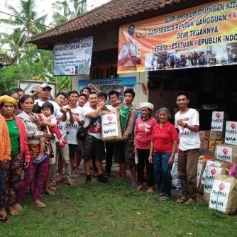 Foto Penyerahan bantuan Ke Lokasi Pengungsian Banjar Tegeh, Amerta Bhuana, Karangasem (2)